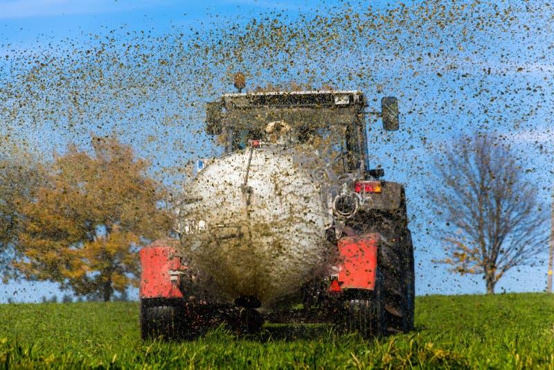 拖拉机施肥与肥料域 免版税库存图片