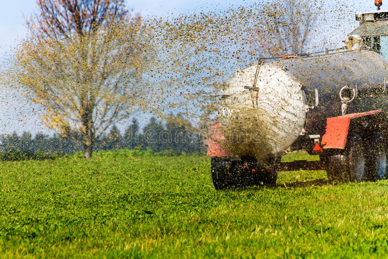 拖拉机施肥与肥料领域 免版税库存照片