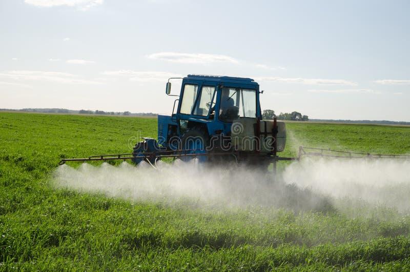 拖拉机施肥领域杀虫剂和杀虫药 免版税库存照片
