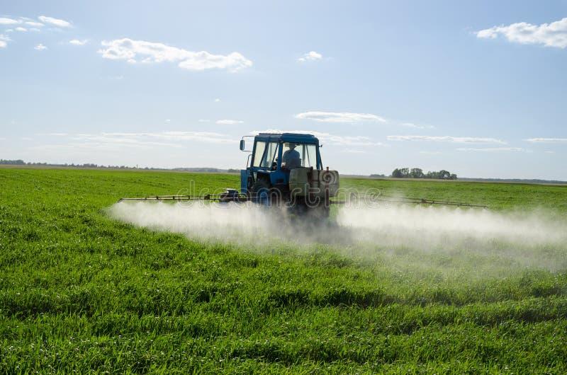 拖拉机浪花施肥领域杀虫剂化学制品 库存照片