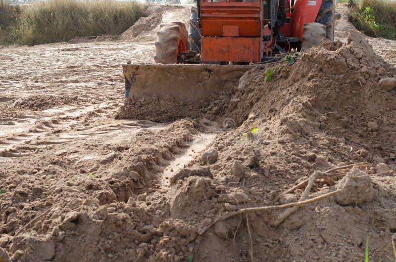 拖拉机犁土地对领域的类调整 库存图片
