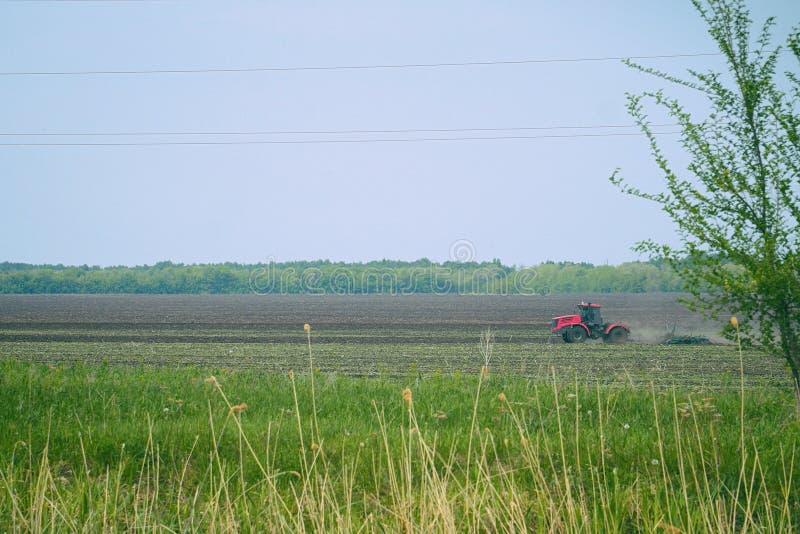 拖拉机犁或耙松在领域的地面 图库摄影