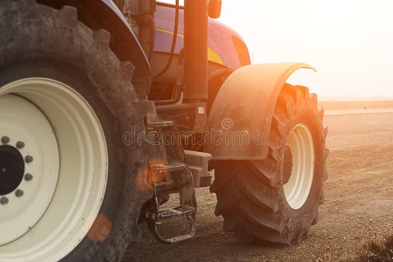 拖拉机的播种的前面 水平的看法在清早 免版税库存图片