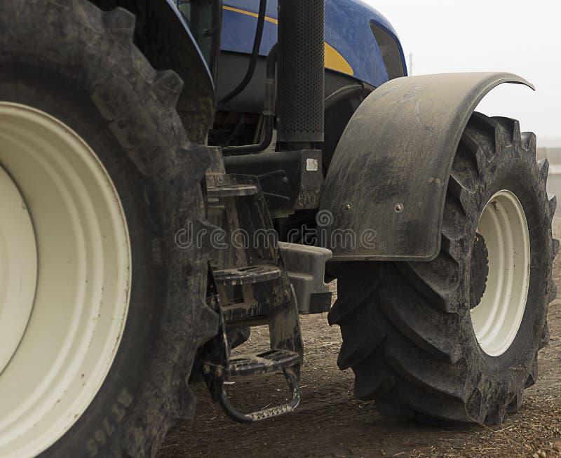 拖拉机老轮子  水平的看法在春天晴天 库存照片