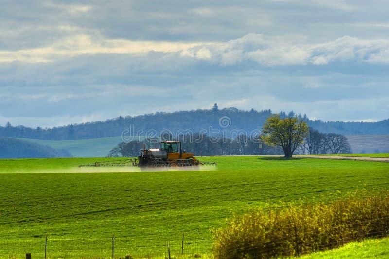 拖拉机被对待的农业地面 库存图片