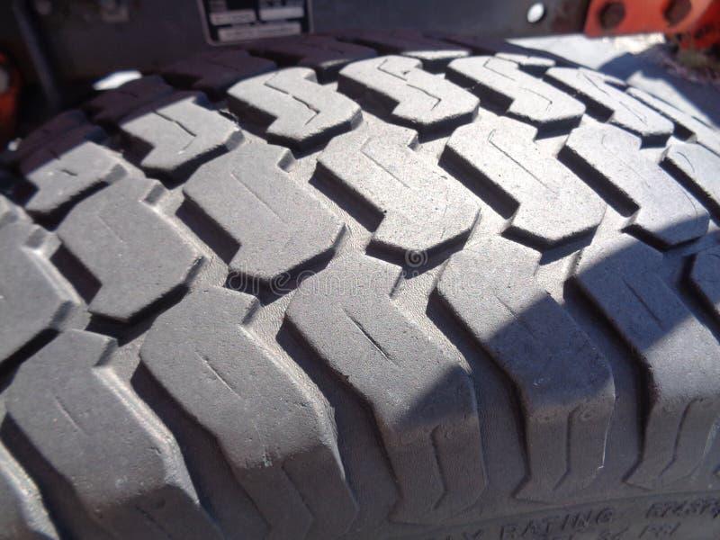 拖拉机轮胎在早晨太阳 免版税图库摄影