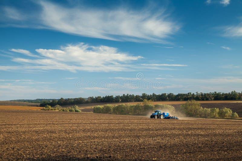 拖拉机进行农业劳动 库存图片