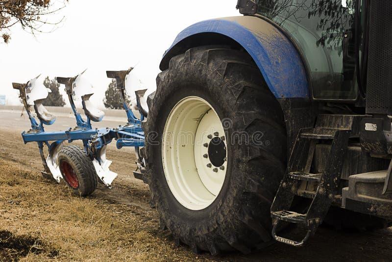 拖拉机 现代农场设备的播种的图象在领域的 库存照片