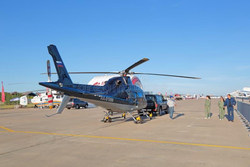 拖曳直升机 免版税库存图片
