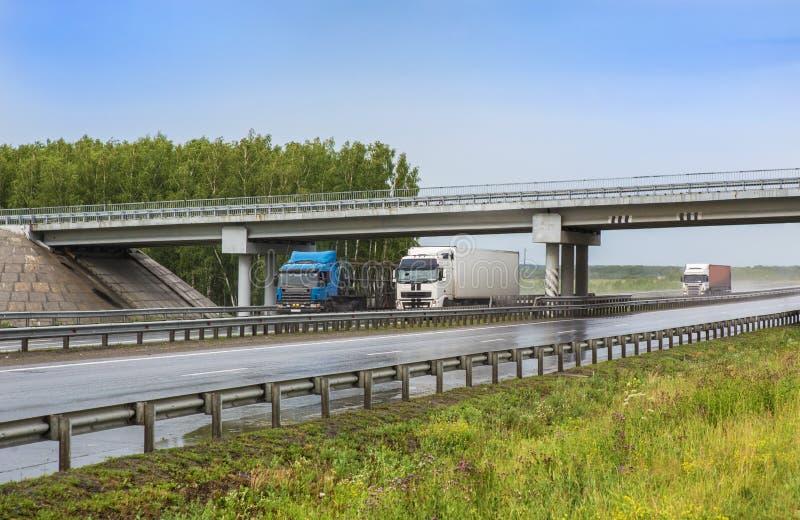 拖车继续高速公路下雨 免版税库存照片