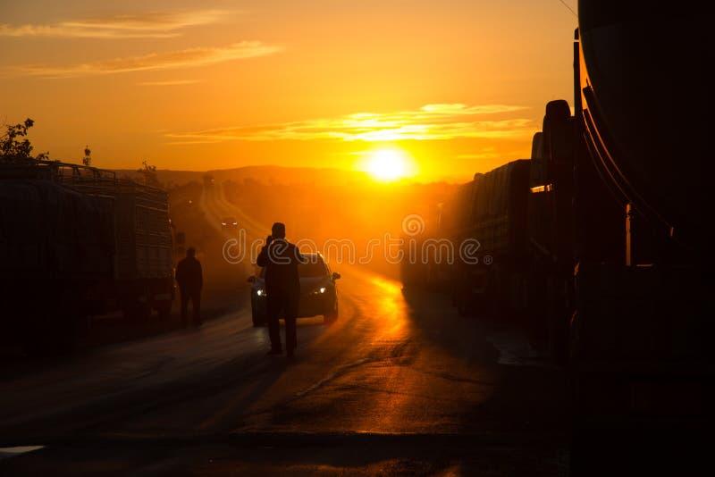 拘捕卡车护卫舰的一个人在日落 免版税库存照片