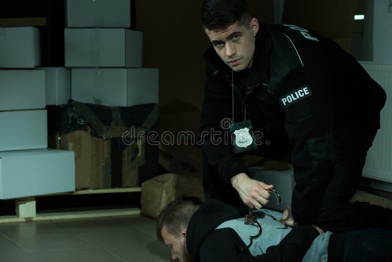 拘捕罪犯的警察 库存图片