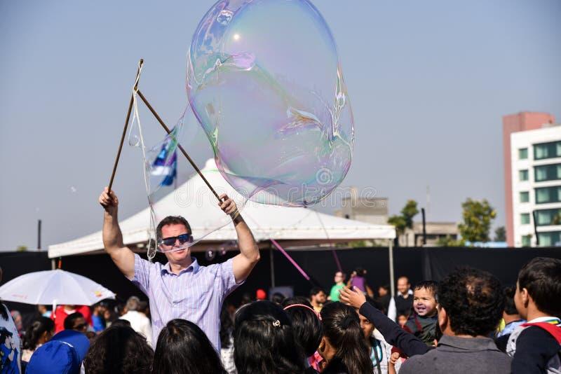 招待人群的泡影艺术家 免版税图库摄影