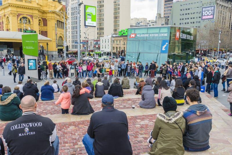 招待人群的街道执行者在联盟正方形在墨尔本 图库摄影