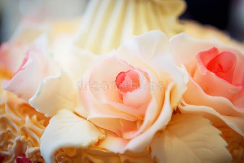 招标与三层的美丽的大婚宴喜饼装饰的 免版税库存图片