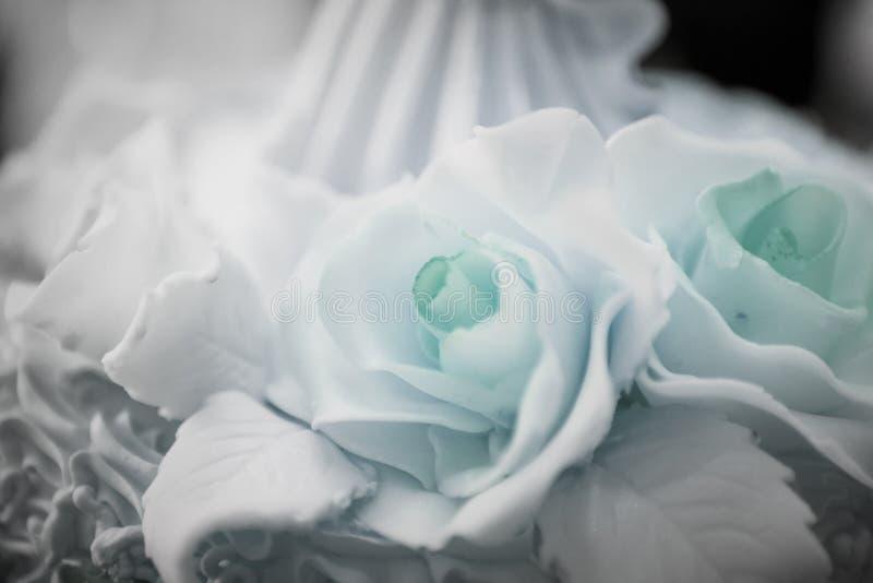 招标与三层的美丽的大婚宴喜饼装饰的 免版税库存照片