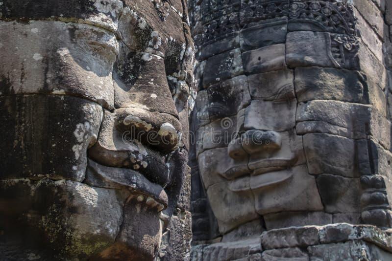 拜伦为216平静和在突出从高大阳台和群的许多塔的微笑的石面孔是卓越的 库存图片