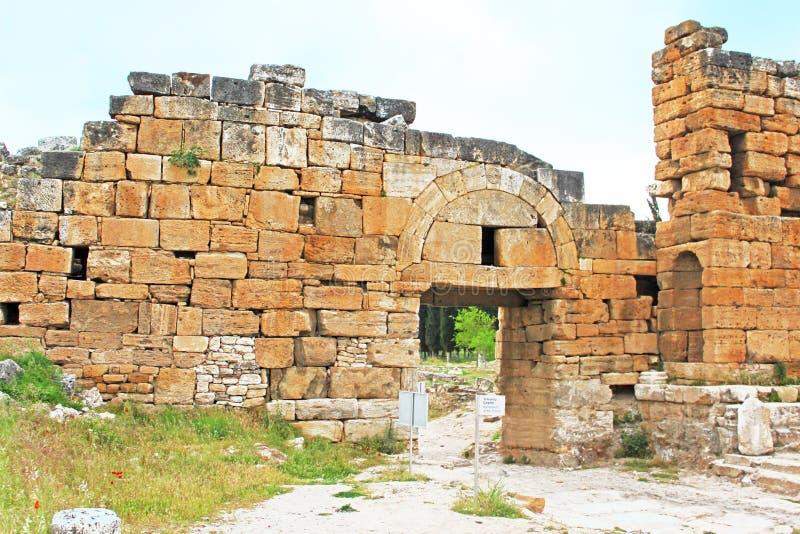 拜占庭式的北门,希拉波利斯,土耳其的废墟 库存照片