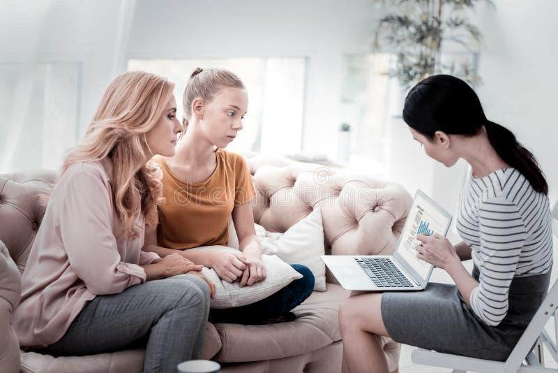 拜访专业心理学家的母亲和女儿家庭  免版税库存图片