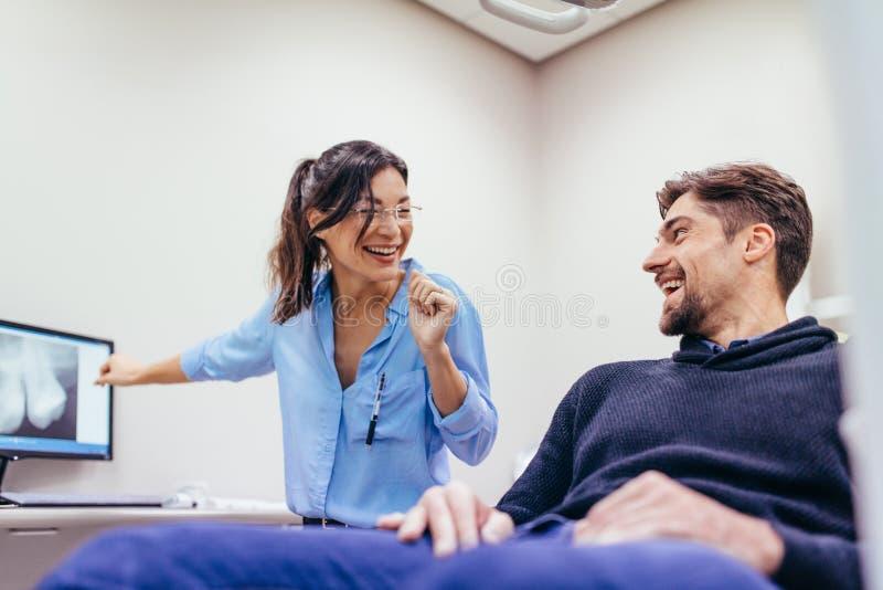 拜访女性牙医的人在诊所 库存图片