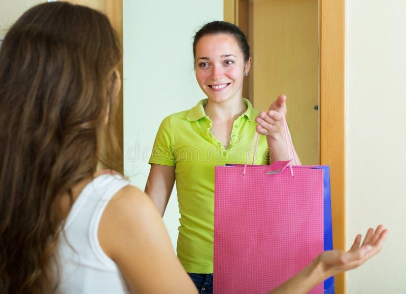 拜访她的女朋友的女孩 免版税库存照片