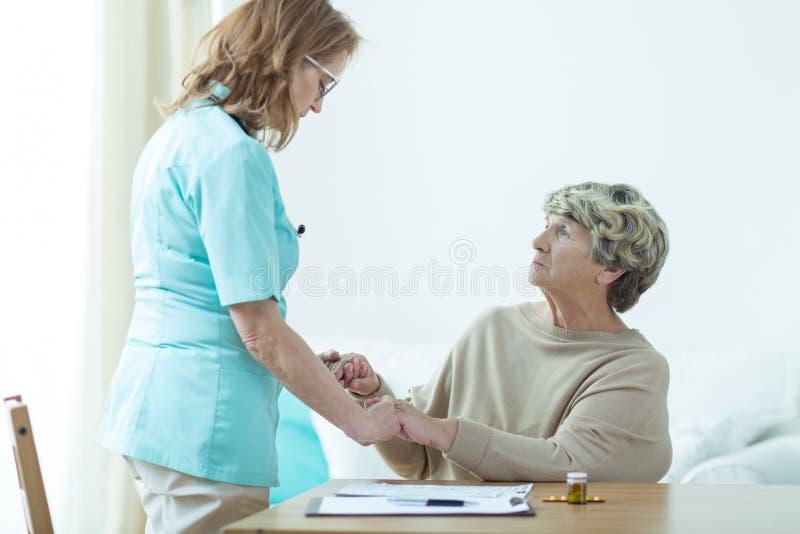 拜访她的老患者的军医 库存图片