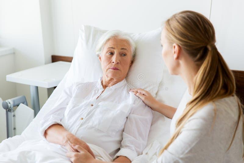 拜访她的资深母亲的女儿在医院 库存图片