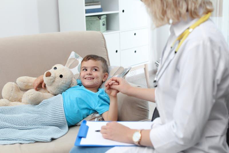 拜访小男孩的儿童的医生 免版税图库摄影