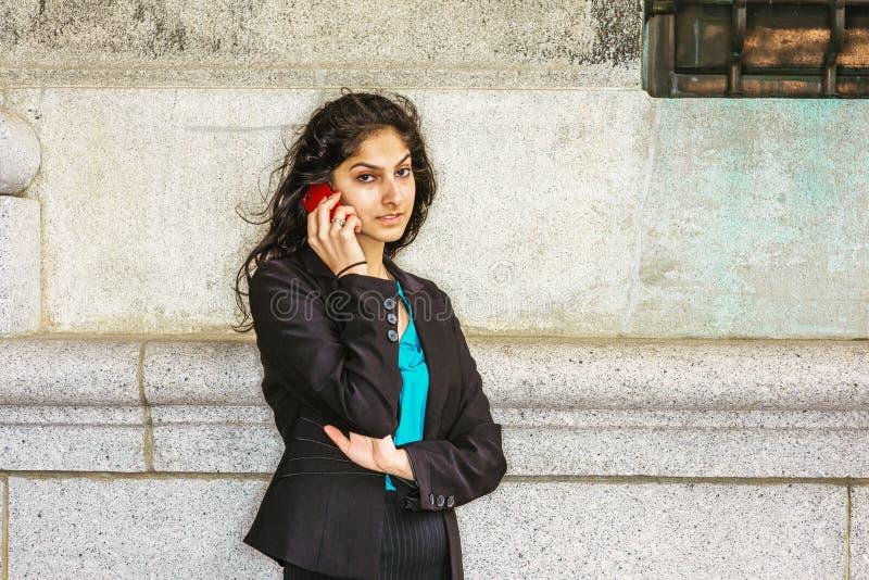 拜访手机outsi的东印度人美国大学生 免版税库存图片