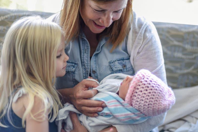 拜访新出生的婴孩的家庭在医房 免版税库存照片
