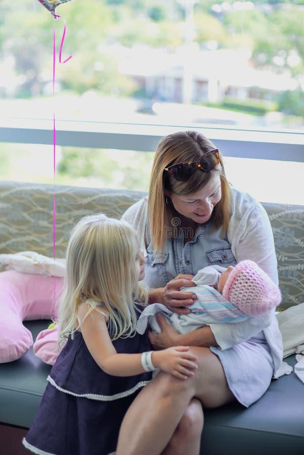 拜访新出生的婴孩的家庭在医院 免版税库存照片