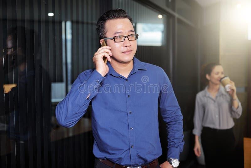 拜访电话的年轻商人 免版税库存照片