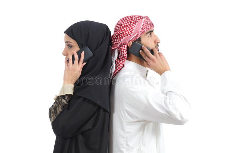 拜访电话的遥远的阿拉伯夫妇 库存照片