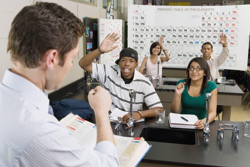拜访科学类的老师学生 免版税图库摄影