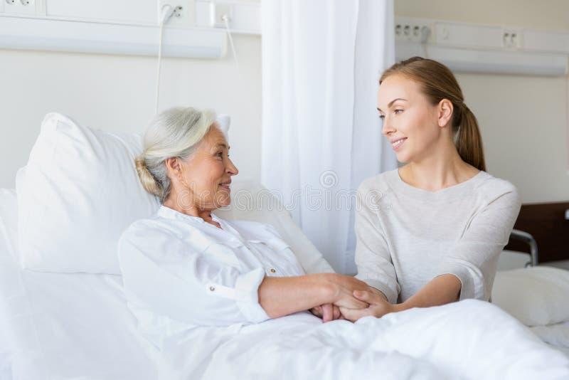 拜访资深母亲的女儿在医院 库存图片