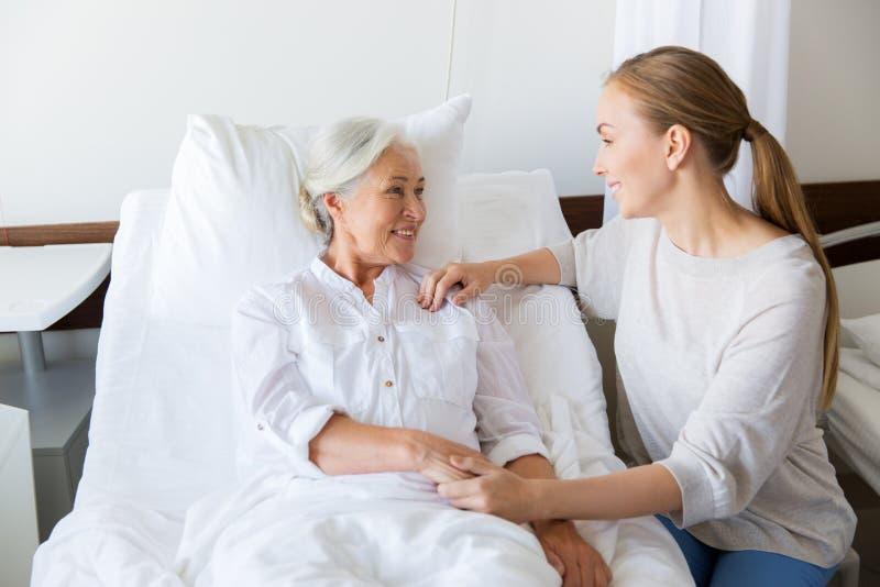 拜访资深母亲的女儿在医院 图库摄影