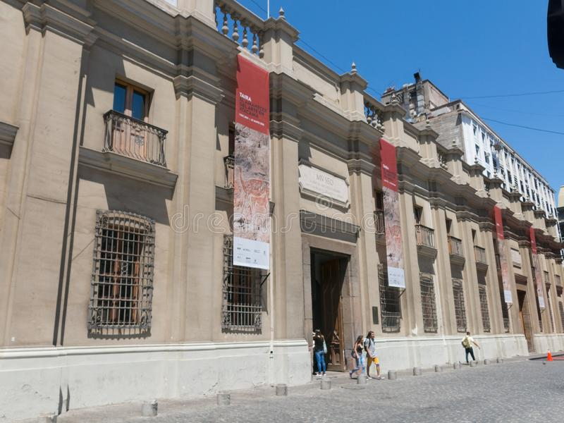 拜访Museo Chileno de Arte Precolombino的游人用英语:哥伦布发现美洲大陆以前艺术智利博物馆,博物馆致力  库存照片
