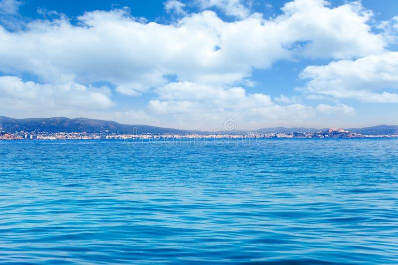 拜雷阿尔斯从公海的Ibiza海岛全视图 免版税库存图片