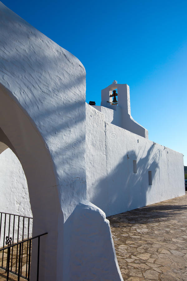 拜雷阿尔斯的伊维萨岛Sant卡莱斯de佩拉尔塔白色教会 免版税库存图片