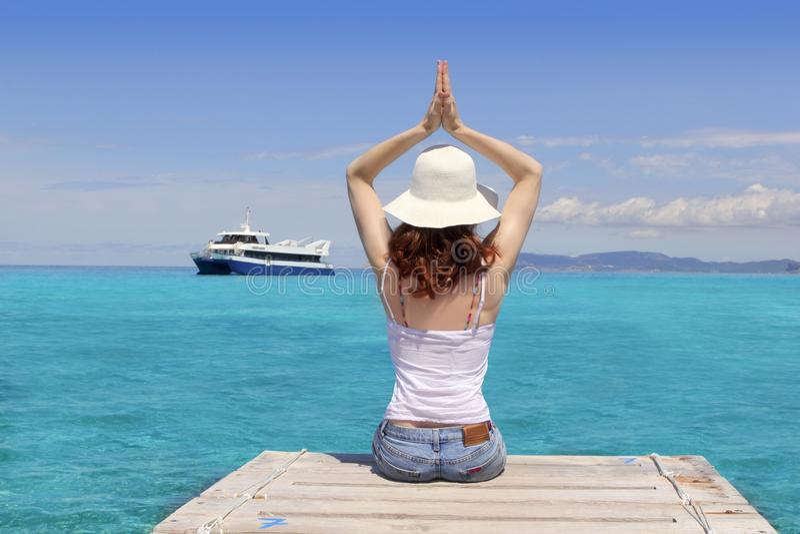 拜雷阿尔斯formentera放松海运热带女子瑜伽 图库摄影