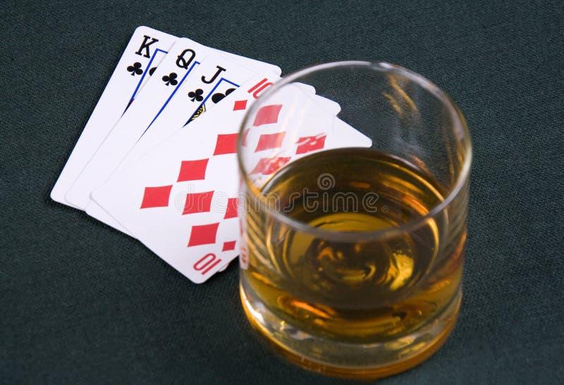拟订演奏啤牌表的科涅克白兰地 免版税库存图片