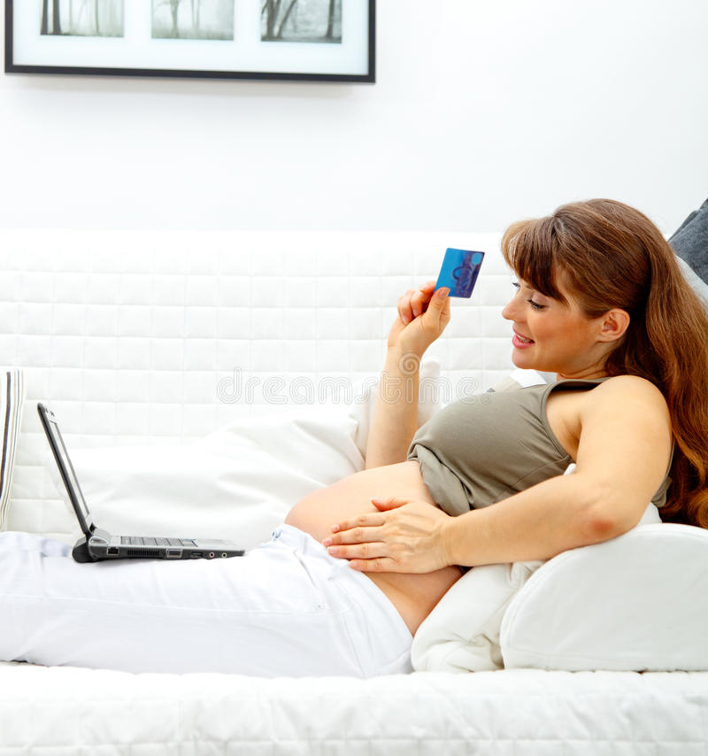 拟订赊帐女性净额怀孕的界面对使用 免版税库存图片