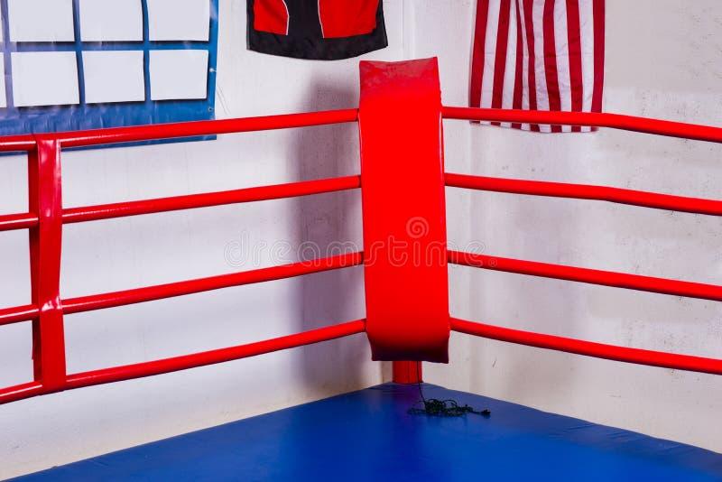 绳索围拢的一座规则拳击台的红色角落 免版税库存图片
