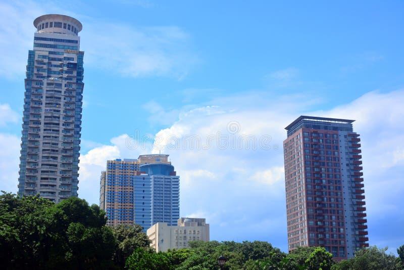 围拢黎刹公园,马尼拉,菲律宾的各种各样的大厦 库存图片