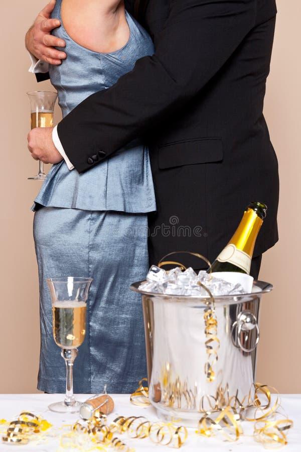 拥抱与香宾的夫妇 免版税库存图片