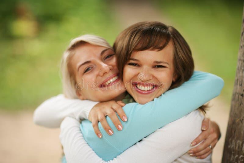 拥抱二的女孩 免版税库存照片
