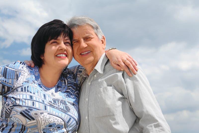 拥抱他的老前辈的女儿 免版税库存照片
