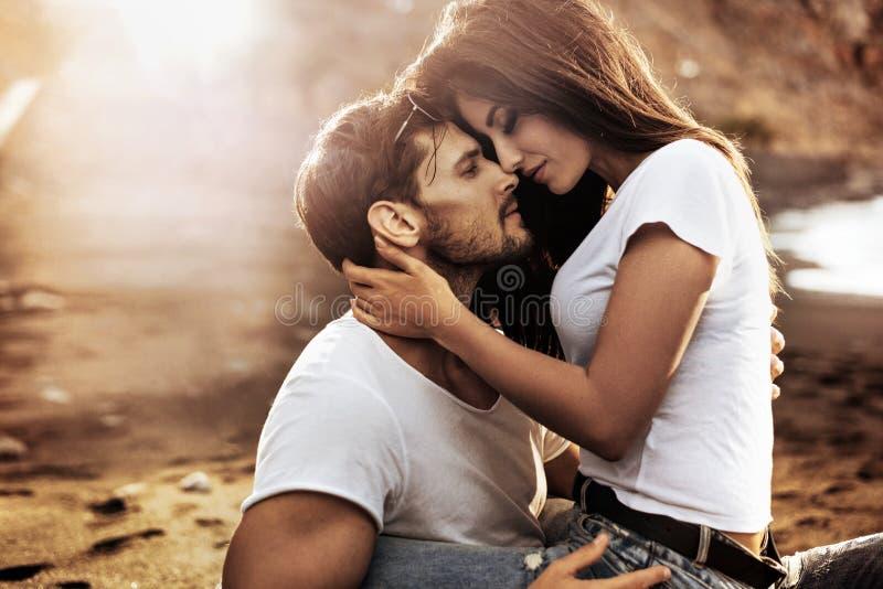 拥抱他肉欲的女朋友的英俊的人 库存图片