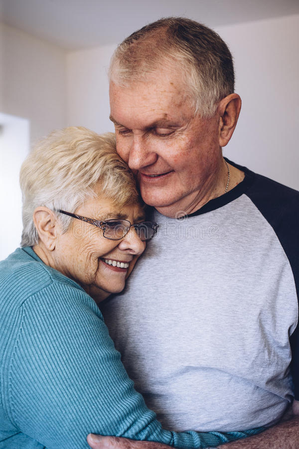 拥抱前辈的夫妇 免版税库存照片
