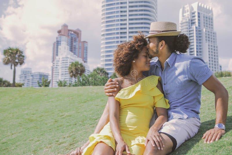 拥抱和亲吻在公园的夫妇 免版税库存图片